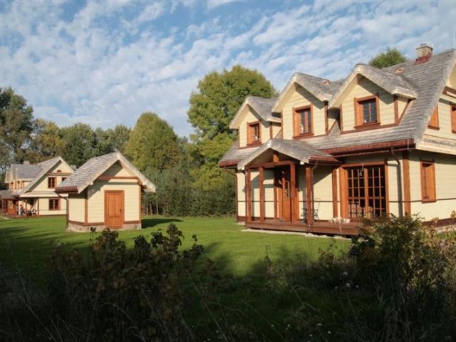 Projekt składał się łącznie z dwóch domów jednorodzinnych i dwóch budynków gospodarczych.