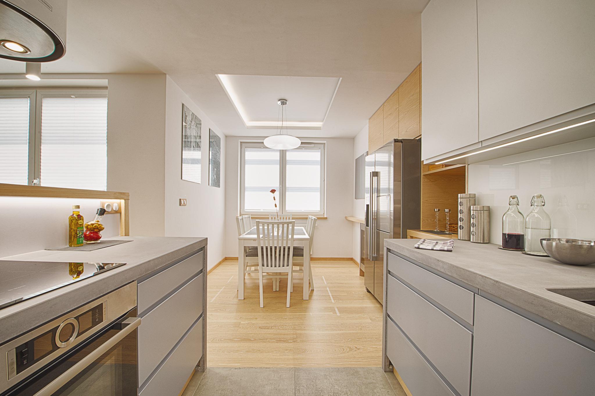 Na osi kuchni, w wydzielonej wnęce, znajduje się jadalnia - dobrze funkcjonalnie połączona z kuchnią i salonem, ale jedocześnie stanowiąca odrębną strefę.